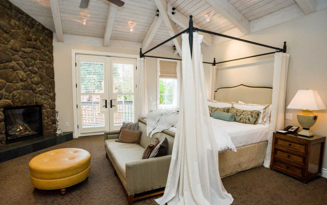 Hotel Yountville Review Canopy Bed Vaulted Ceiling